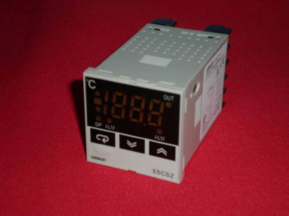 可用4848 mm的温控器上的DIP开关和简单功能进行轻松设置 • 可用DIP和旋转开关轻松进行设置。 • 亦提供多输入(热电偶/铂电阻)型号。 • 字符高度13.5 mm的高可见度数字显示。 • 有黑色和白色外壳可选。 • 符合RoHS。